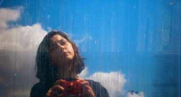 გოგონა ფერადი ნახატებითა და ემოციური ლექსებით