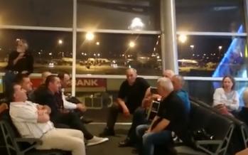 """ანსამბლი """"შუახევი"""" სტამბოლის აეროპორტში და უცხოელების ემოცია (ვიდეო)"""