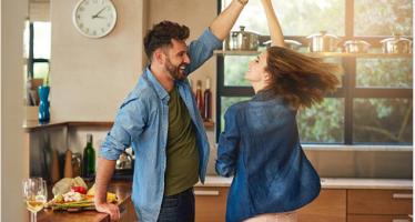 როგორ იქცევიან და ცხოვრობენ ბედნიერი წყვილები (10 რჩევა)