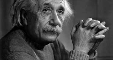 « სიყვარული უძლიერესი ძალაა, რადგან არ გააჩნია საზღვრები — ალბერტ აინშტაინი »